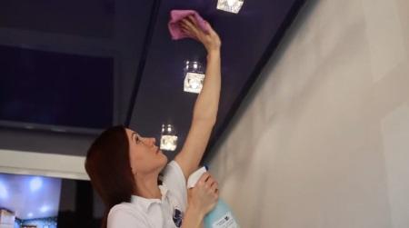Чем мыть натяжные потолки